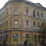 Az omladozó épület