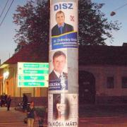 Polgármester-jelöltek csatája villanyoszlopon