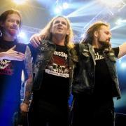 Az együttes üdvözli a közönséget (MTI fotó, Ceglédi Zsolt)