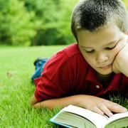 A rendszeresen olvasó gyerekek az iskolában jobban teljesítenek nem olvasó társaiknál