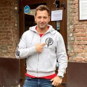 Bernáth Csaba a bárja előtt