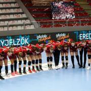 Egységben  Fotó: dvsckezilabda.hu
