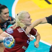 Grigel nagyot harcol a volt debrecenivel, Hakunovával  Fotó: DVSC kézilabda