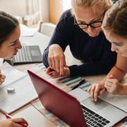 Gyakran elektronikai eszközöket, internet előfizetést kellett vennie a szülőknek, pedagógusoknak