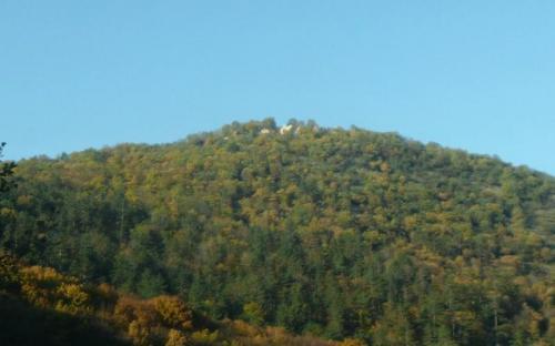 A hegy a romokkal