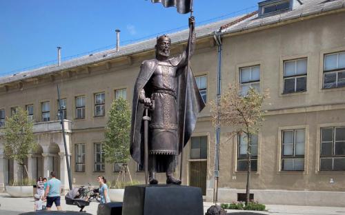 Szent István szobor a Dósa nádor téren