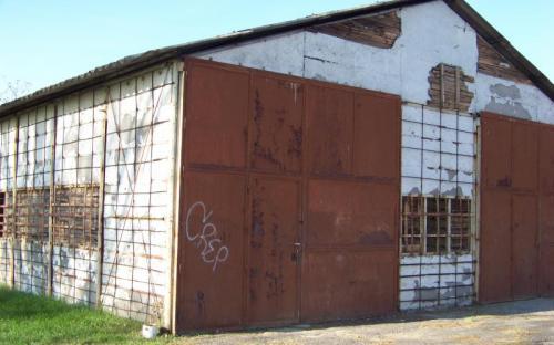 Egy raktárépület is rontja a látványt